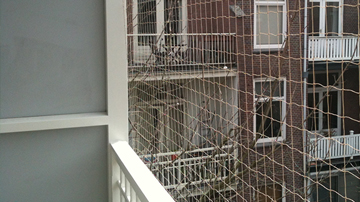 Vogelnet op een balkon