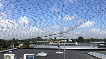 Vogelnet op een plat dak